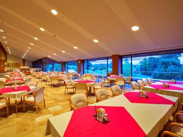 画像: 薄いベージュ系に赤のテーブルクロスで明るいイメージのレストラン。19卓