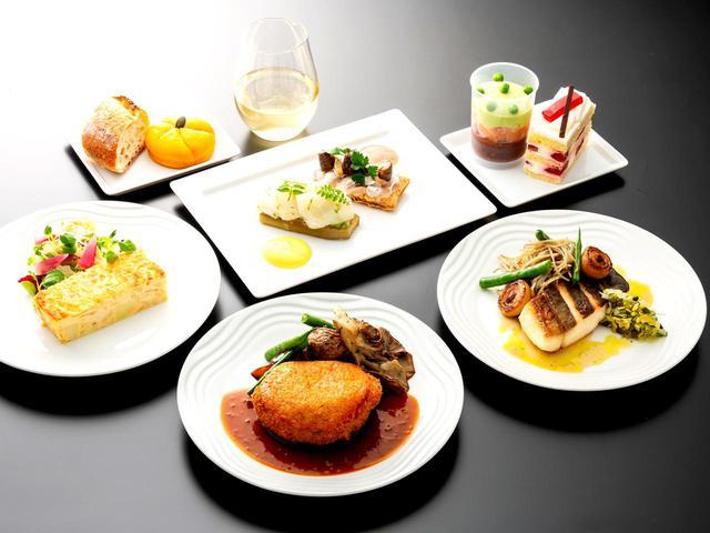 画像: 洋食と和食が選択できて、日本発便はミシュラン二つ星レストラン「Ryuzu」とコラボしたメニュー。スイーツも絶品