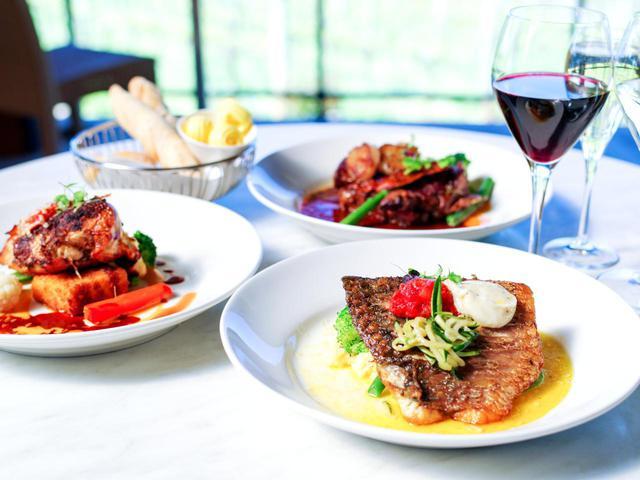 画像: 地元の食材にこだわったワインに合うメニューをラインナップ。昼食にぴったり