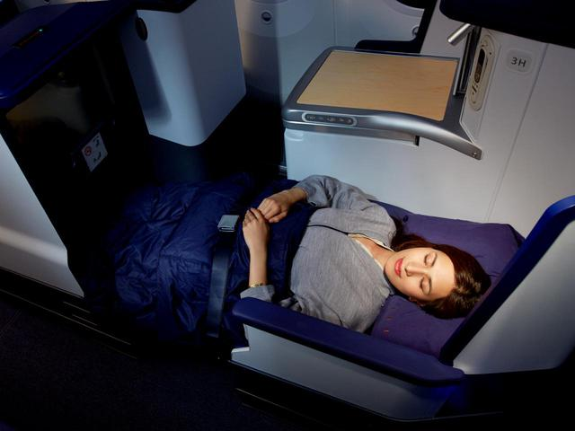 画像: フルフラットになるベッドシート。約10時間のフライトも快適です