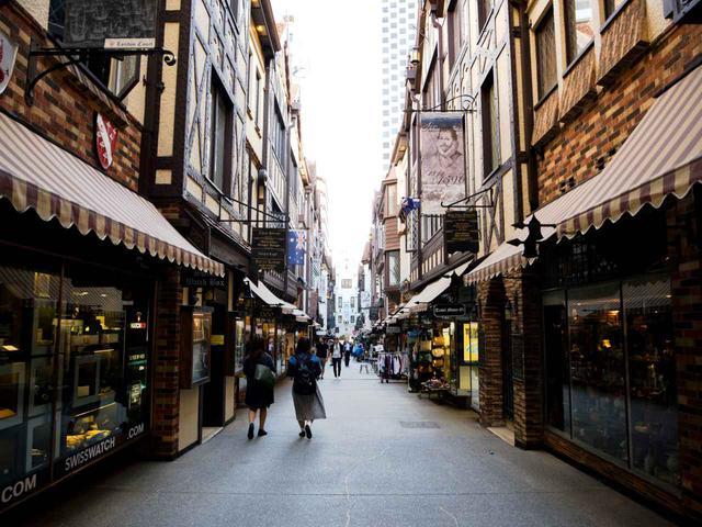 画像: 住みやすいコンパクトシティ、パース。歴史ある建物と洗練された店が並ぶ