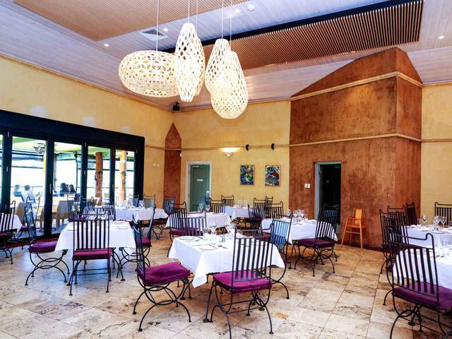 画像: ワイナリー併設のレストラン。外には葡萄畑が広がっています