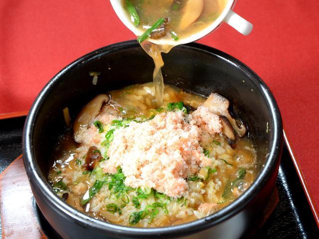 画像: スープをかけるると沸き立つ海鮮の香り。フカヒレと紅ズワイガニの石焼スープチャーハン(1430円)