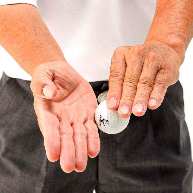 画像: 空手チョップで、ボールを横から斬るイメージの「刀打法」