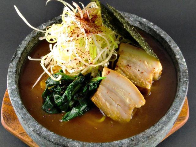 画像: 麺の下からご飯が顔を出す。名物石焼カレーラーメン(1480円)