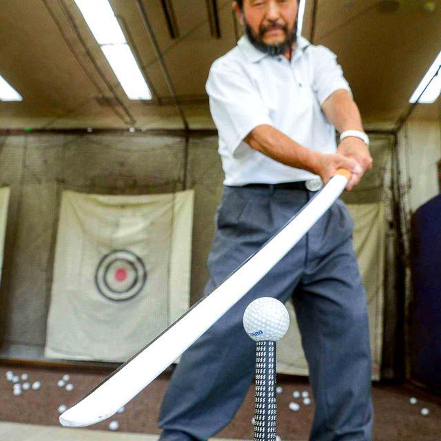画像: 刀で斬るように打つ