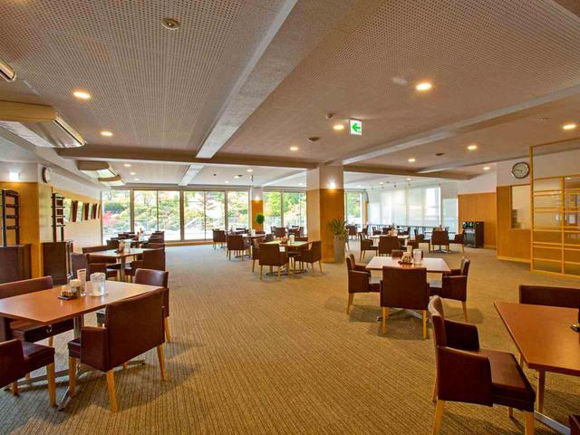 画像: テーブル数は増やしたが、スペースが広がったのでゆったりしているレストラン。20卓