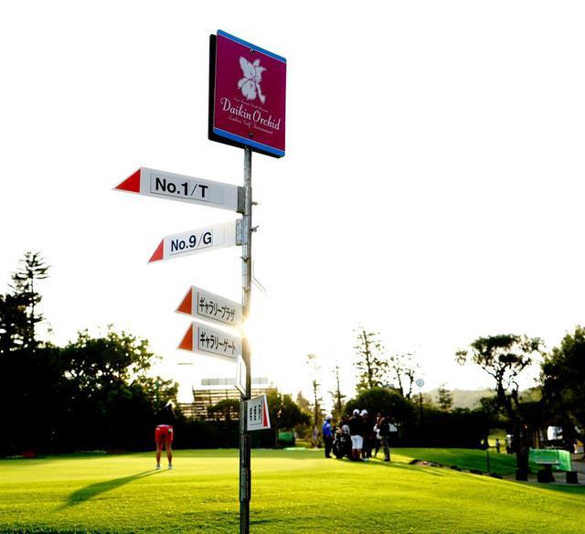 画像: 【めんそーれ! 沖縄】西はどっちだ?  沖縄ゴルフは「傾斜+芝目+方角」で読む。南国バミューダ芝のグリーン攻略裏ワザ - ゴルフへ行こうWEB by ゴルフダイジェスト