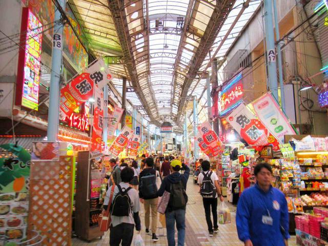 画像: この先は市場に通じているのでしょうか…。通りには観光客向けのお店がぎっしり
