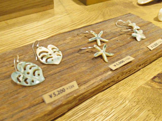 画像: 写真のシェル(貝)アクセサリーのほか、シルバーや真鍮、クジラ歯やサメ歯を使ったアクセサリーも