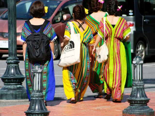 画像: 観光に来ているのでしょうか。お揃いのファッションが目をひく女子たち