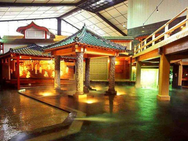 画像3: 鹿児島湾沿いの「白水館」。砂蒸し風呂や江戸時代を再現した元禄風呂に入り、鹿児島の海の幸、黒豚料理に舌鼓