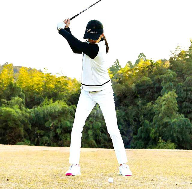 画像2: 手の位置は左太ももの前、腕には力を入れない。イチで上げて、二で踏み込み、サンでインパクト、フォローが大きくなった