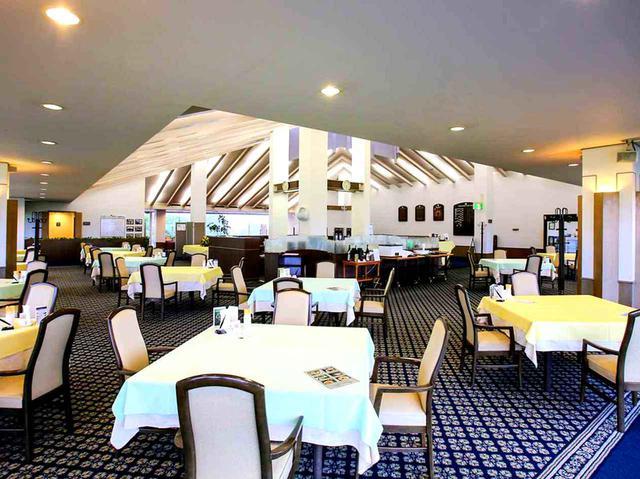 画像: コの字型のレストラン。16卓