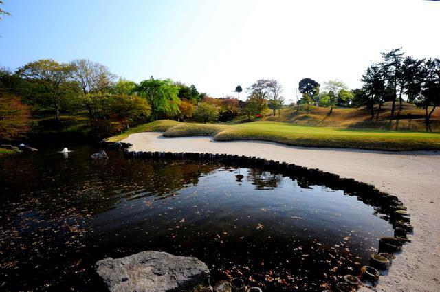 画像: 3番(379Y・P4)グリーン左サイドの池とバンカーが特徴的