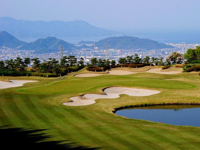画像: 15番(406Y・P4)駿河湾の眺めが気持ちいい打ち下ろし。2打目の距離感が大事