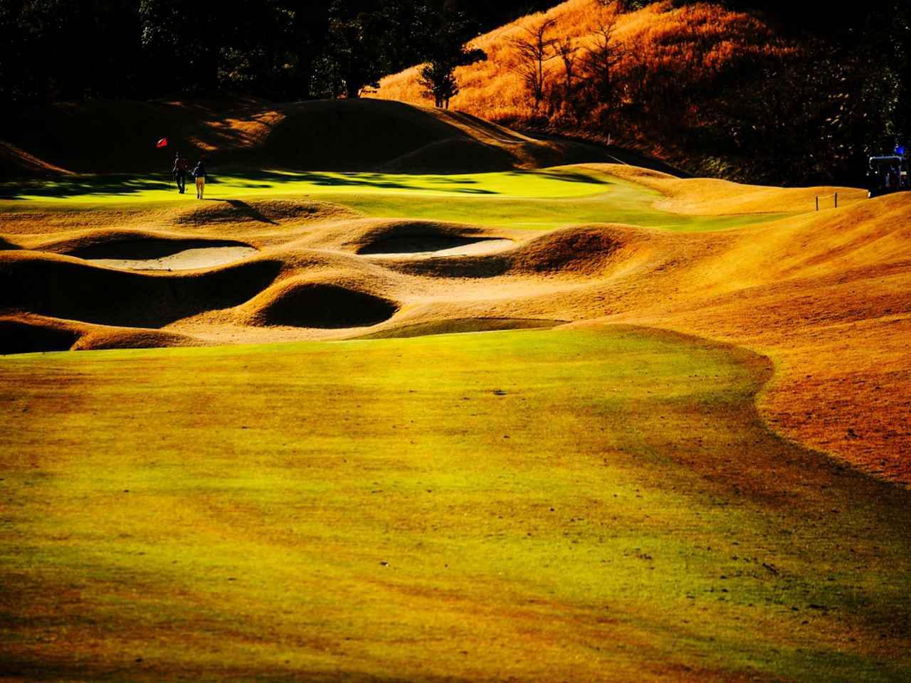 画像: アバイディングCゴルフソサイエティ7番(418Y・P4)グリーン手前にある大きな窪地とバンカーに注意。過激な曲線美だが、周囲の風景に馴染んでいる