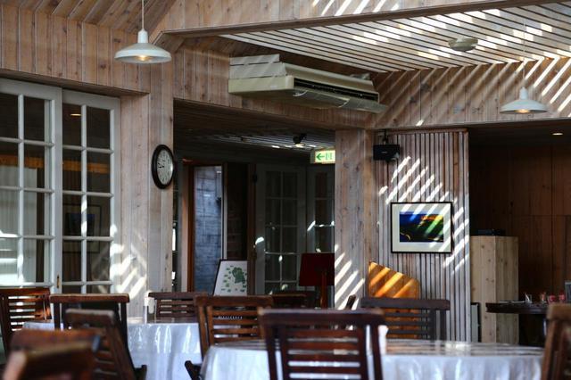 画像: 華美よりも自然との調和。ブリック&ウッドクラブのクラブハウス