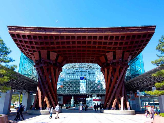 画像: 金沢駅東口(兼六園側)に建つ鼓門