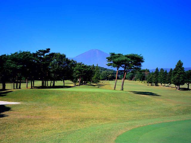 画像: ご覧のように富士の裾野とは思えないほどゴルフ場はフラット
