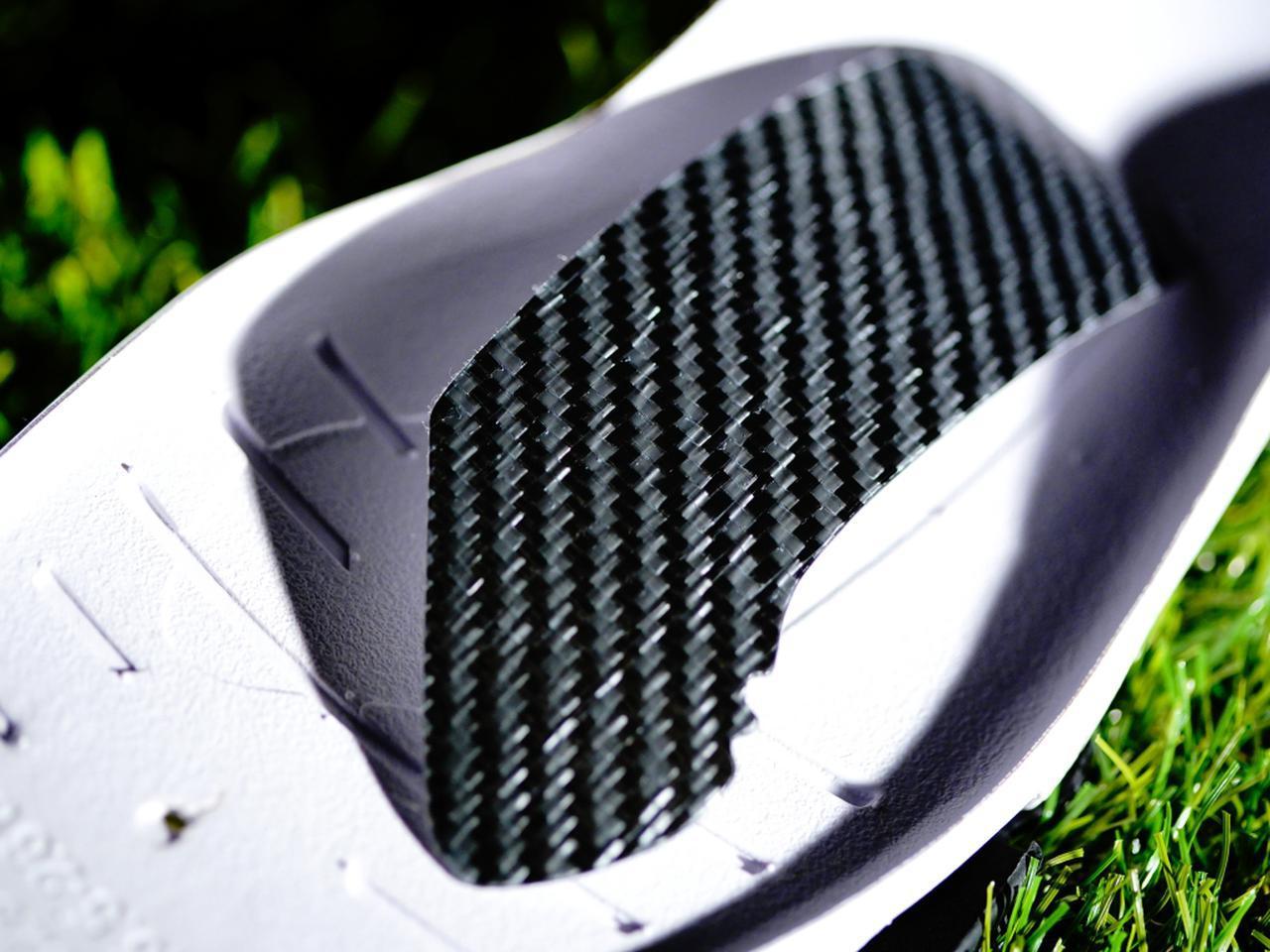画像: 土踏まずの部分に埋め込まれたカーボン素材「KaRVO」。強度や反発力が高い素材でスウィングをサポート