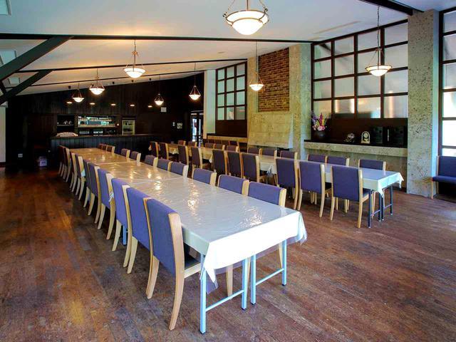 画像: 元レストランだった大コンペルーム。奥には厨房だったスペースに可動式パーテーションで2つに区切られた小コンペルームがある。3室、54名収容