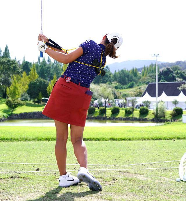 画像7: 【注目のゴルフ上達器具】渋野日向子も使用中! 体幹を使ったスウィングになって飛距離が伸びる。話題のグラビティフィット効果を検証