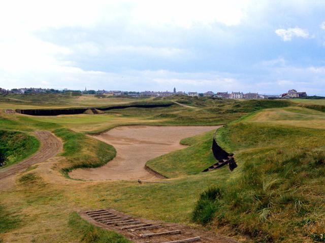 画像: プレストウィックゴルフクラブは、セントアンドリュースの墓地に眠るオールド・トム・モリス設計