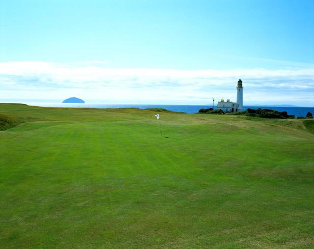 画像: 白い灯台がランドマーク、海に浮かぶのはアルサクレイグ島