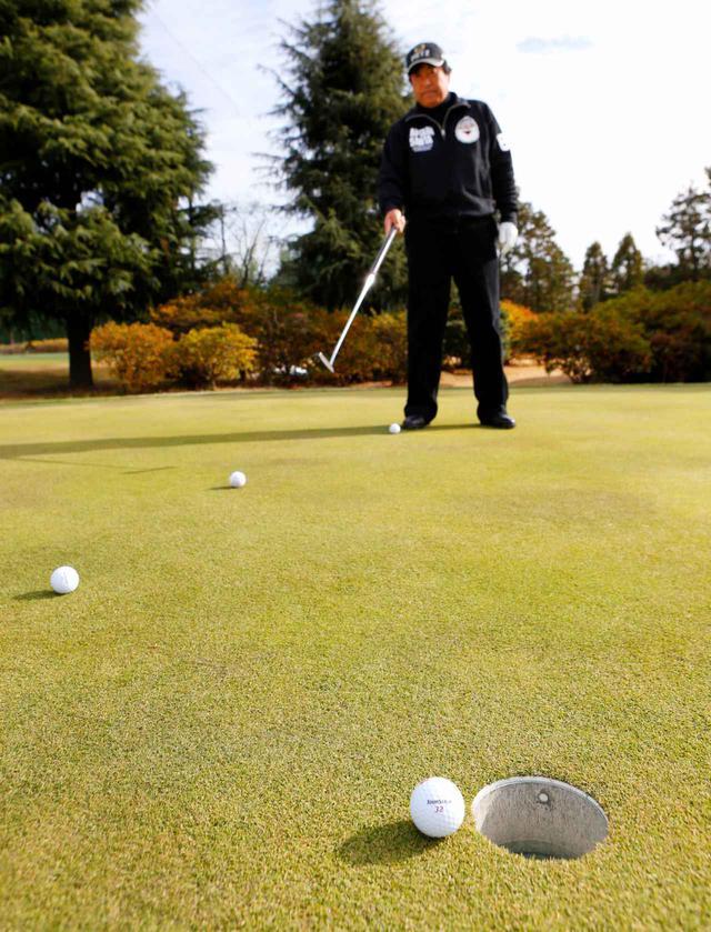 画像: ボールの転がるスピードが変わるポイント(頂点)を見極められると迷いなく打てるようになる。「ひとつのラインで2~4カ所の頂点を見つけてラインどりを考えるようにしましょう」(ユハラ)