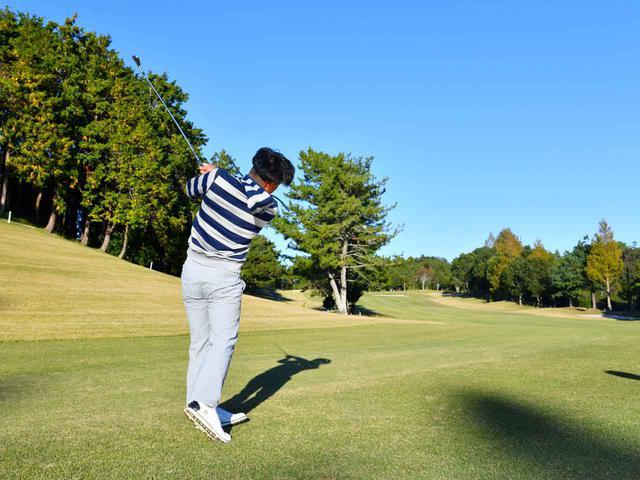 画像: 左ドッグレッグなのでティショットが左サイドに行くと、2打目は左の林越えに「パーキープをに頭を切り替えて7番アイアンでフェアウェイにきっちり置きます」