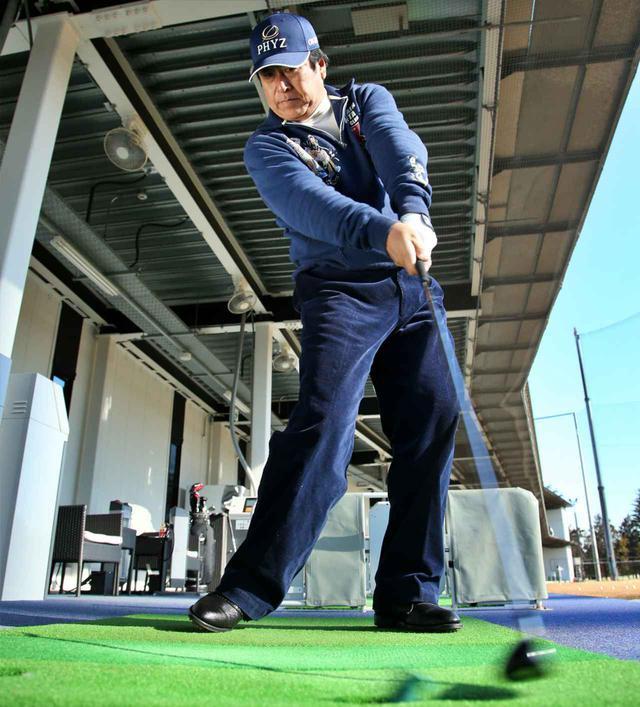 画像: 「球を打つ前に、打ち終えた後、練習場でゴムティ素振り。これもいいですよ!」