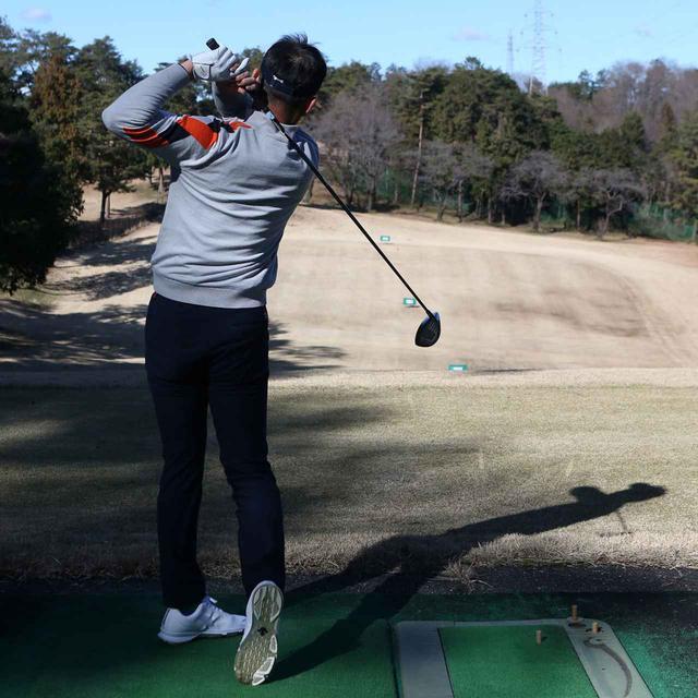 画像: インパクトで叩いていっても低スピンで吹き上がらない。スウィングのエネルギーがそのままボールに伝わって飛ばせるようなイメージ
