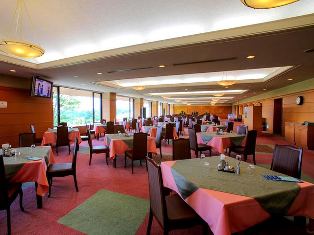 画像: 奥は4人掛けテーブルを繋げたコンペ仕様のレイアウトになっているレストラン。地元特産品などのお土産物コーナーもある。32卓