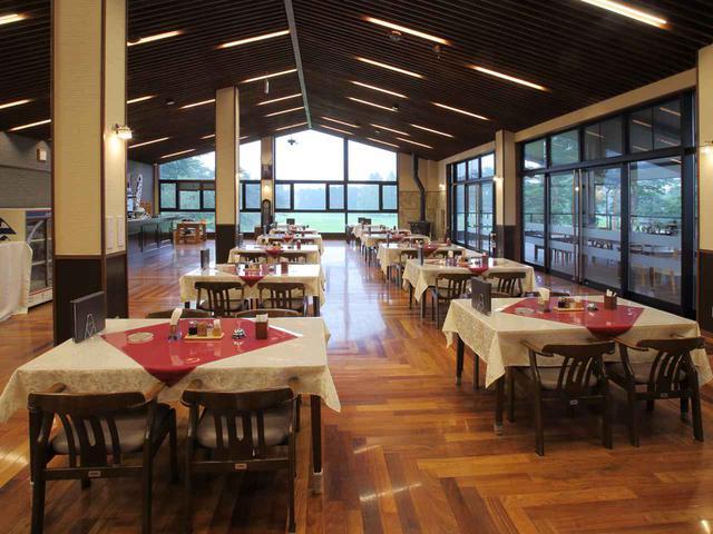 画像: 山小屋ふうのレストラン。12卓