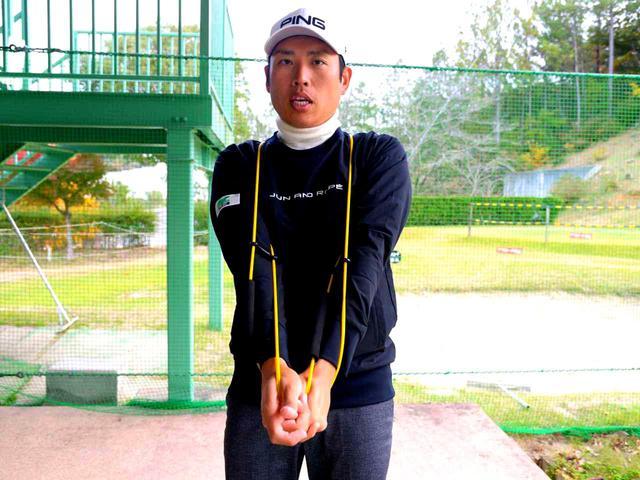 画像: ④両腕を外旋させて伸ばす 両腕を外に回して腕を伸ばしクラブを握る