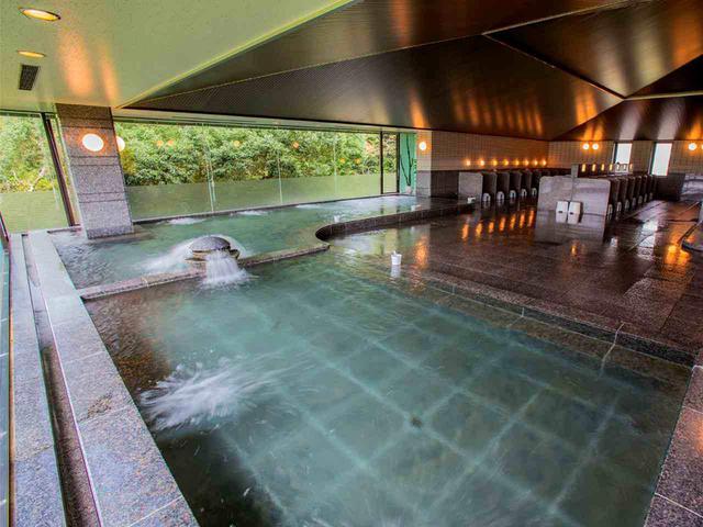 画像: 浴室は男性、女性ともに、湯温の違う浴槽が2つ(写真は男性浴室)