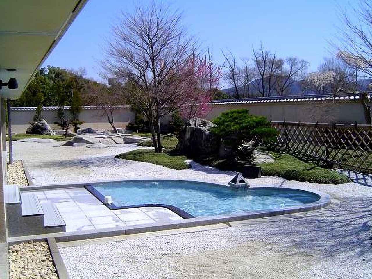 画像: 名物の天然温泉、露天風呂