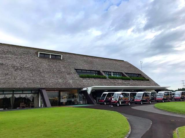 画像: 大きな三角形の屋根が特徴の趣あるクラブハウス。レストランから見える大きな練習グリーンの風景も気持ちがいい