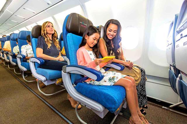 画像1: エコノミークラスよりもシート前が13㌢広いゆったりシート。しかも優先搭乗