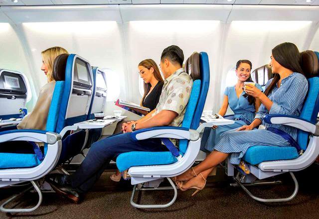 画像2: エコノミークラスよりもシート前が13㌢広いゆったりシート。しかも優先搭乗