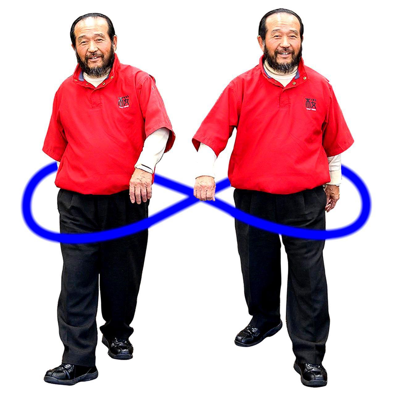画像: 「歩行もスウィングと同じ。不自然に直線的な動きをせず、回転する水のパワーを利用するイメージで行う。筋力だけを使って歩くより、体内の水を回す歩き方をすれば、疲れないし、リズムもよくなります」