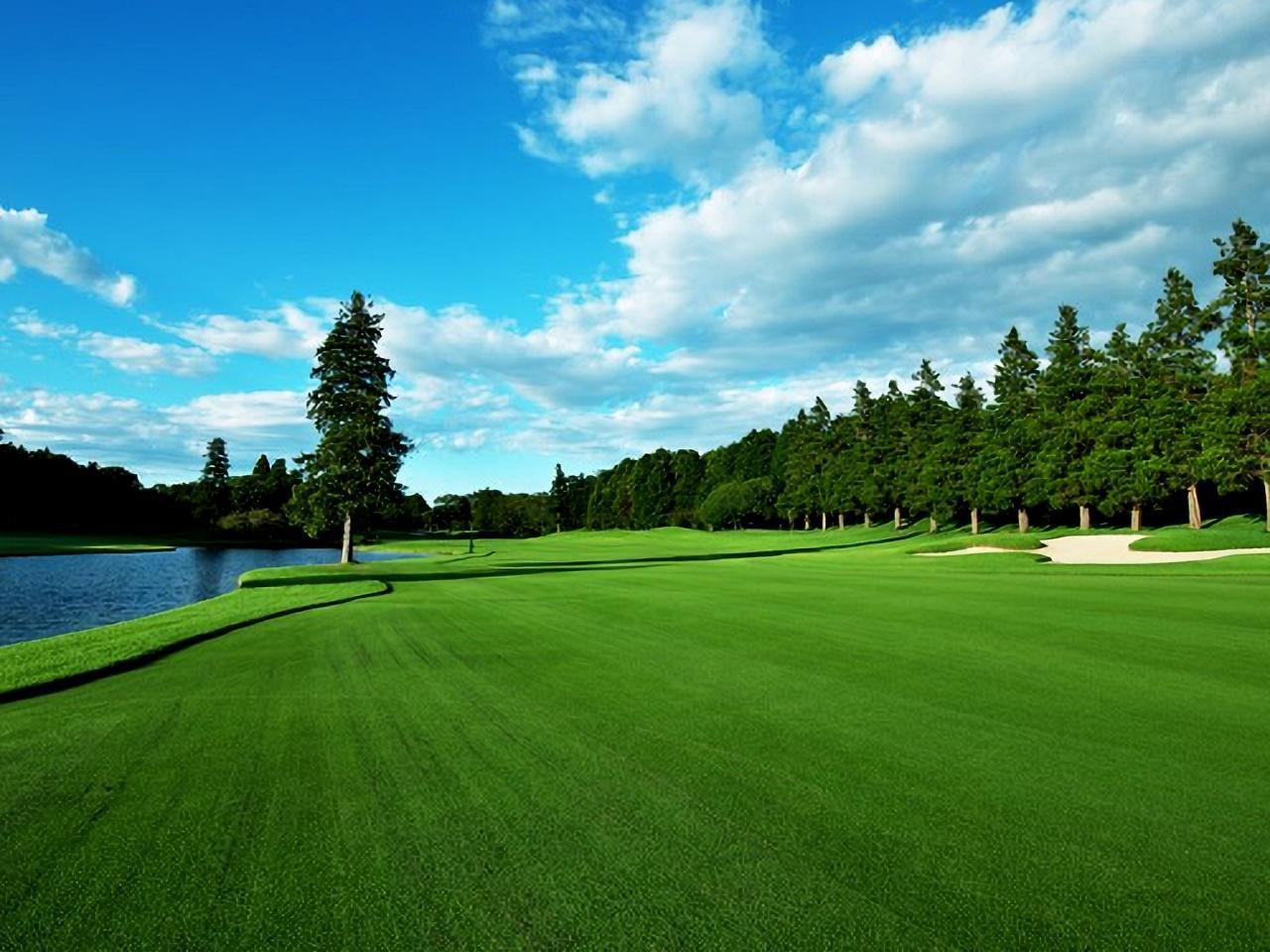 画像: アスレチックガーデンゴルフ倶楽部 18番パー5、左に池が続く、美しい左ドッグレッグ
