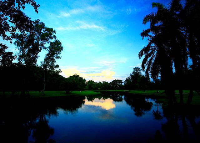 画像: ①水面に映えるゴルフ場