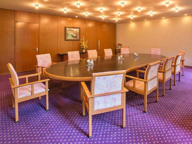 画像: コンペルームは4室。うち、レストラン奥にある部屋は楕円形のテーブルの特別コンペルーム。4室で96名収容