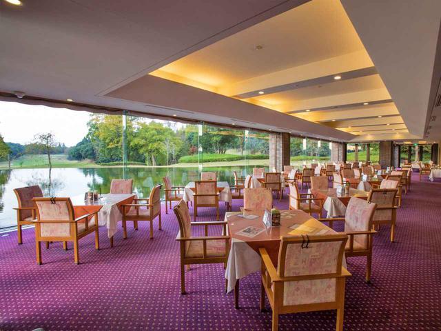 画像: 床と水面が同レベルのため、池に浮かんだようなイメージのレストラン。20卓