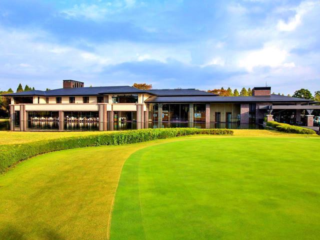 画像: 季美の森GCのクラブハウス外観 池とレストランが同じ高さ