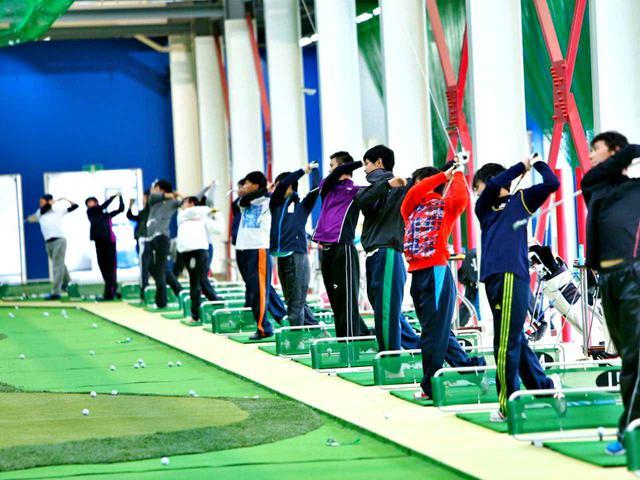 画像: 湯原プロが監督を務める東京国際大ゴルフ部では、号令に合わせてボールを打つ特訓を取り入れている。「タイミングを変えて打たせることで『状況対応力と自分固有のタイミング』の2つを養うことができるのです」