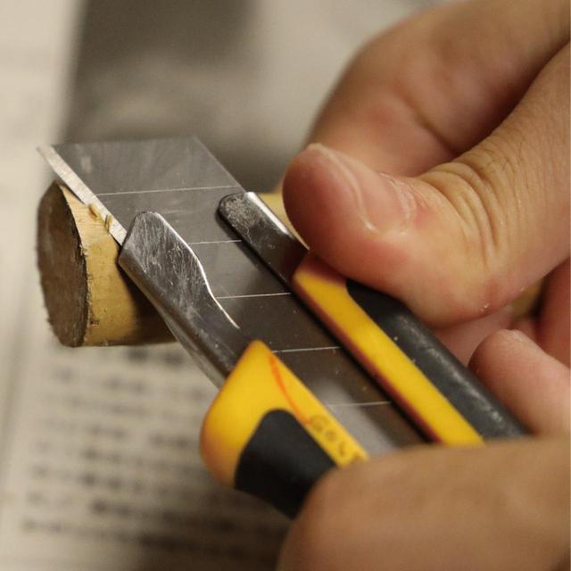 画像: 節で膨らんでいる部分はカッターで削る