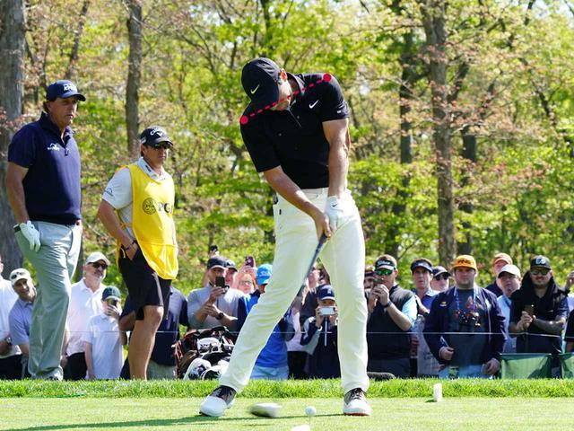 画像5: テークバックで右肩が手よりも先に回る。 肩が90度回った時点で手はまだ低い位置。 トップでは両肩が正面から見える。腰は45度右を向く。 ダウンのスタートで左肩、左ひざが一気に左に回る。 そして、左肩がどいて通り道ができ、反力を使い左ひざが伸びる。 左ひざが伸び切り、右足は流れず粘る